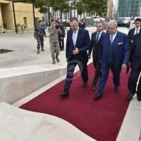 المشنوق يضع اكليلا من الزهر على ضريح الحريري بساحة الشهداء -محمد سلمان