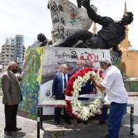 نقيبا الصحافة والمحررين وضعا اكليلا من الزهر على تمثال الشهداء