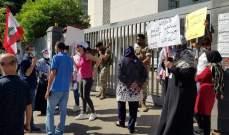 اعتصام امام سنترال الميناء احتجاجا على ارتفاع اسعار الدولار وقطع خطوط الهاتف لعدم التسديد