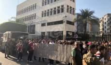 النشرة: المحتجون بدأوا بالتجمع أمام عدد من المرافق العامة في صيدا