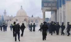 الشرطة الاسرائيلية: المصلون المحتجون تحصنوا داخل المسجد وألقوا الكراسي والحجارة باتجاه عناصرنا