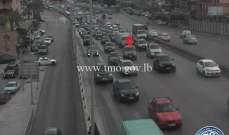 تعطل مركبة على جسر انطلياس المسلك الغربي وحركة المرور كثيفة في المحلة