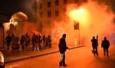 محتجون يرشقون بالحجارة قوة من مكافحة الشغب أثناء تقدمها من جهة أسواق بيروت