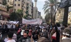 متظاهرون أمام قصر الصنوبر يرشقون القوى الأمنية بالحجارة وعبوات المياه