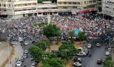 توافد المعتصمين بكثافة إلى ساحة عبدالحميد كرامي وسط طرابلس