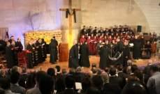 بدء رتبة سجدة الصليب في قاعة البابا يوحنا بولس الثاني بجامعة الروح القدس