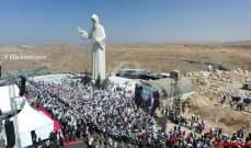 بدء القداس الالهي أمام تمثال القديس شربل في فاريا