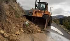 الدفاع المدني: جرف الأتربة التي أقفلت الطريق ما بين رشميا ومعصريتي