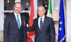 السفير الإيطالي يقلّد مدير عام التربية فادي يرق وساما من رتبة ضابط