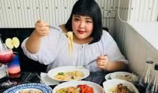 فتاة كورية تجني آلاف الدولارت من الأكل بشراهة