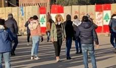 متظاهرون يزيلون جدران الاسمنت قرب فندق لوغراي