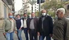 تجمع عدد من أهالي الطلاب اللبنانيين بالجامعات الأجنبية في شارع المصارف بطرابلس