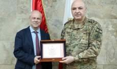 قائد الجيش سلّم أسعد نكد درعا تكريميا وكتاب شكر على تقديمه هبة عينية للجيش