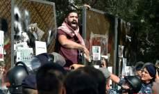 محتجون في شارع الحمرا عمدوا على إنزال راية مصرف لبنان وإحراقها