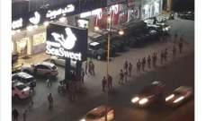تجمع لعدد من المحتجين على أوتوستراد الزوق والجيش يعمل على فتح الطريق