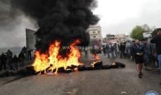 قطع متقاعدين عسكريين الطريق بالاطارات المشتعلة عند مفرق شويت