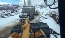 رفع شاحنة وسيارات احتجزت بالجليد على طريق ترشيش كفرسلوان