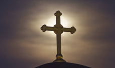 اعادة تركيب صليب صخري مكان الصليب المحطم في دير القديسة حنة
