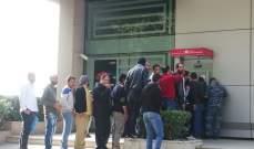 النشرة: اشكال مع نازحين متواجدين امام الصراف الالي لاحد البنوك في زحلة