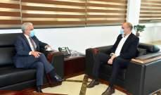وزير الصحة تسلم من سفير البرازيل هبة للوزارة لدعم جهودها بمكافحة كورونا