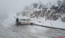 النشرة: الدفاع المدني أنقذ سيارات وشاحنات علقت على طريق ترشيش زحلة