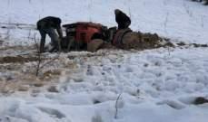 النشرة: عناصر من الدفاع المدني أنقذوا مواطنين احتُجزوا في أعالي الفرزل بسبب الثلوج
