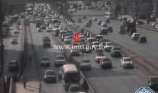 تعطل سيارة على جسر الكرنتينا باتجاه بيروت وحركة المرور كثيفة في المكان