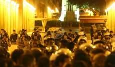 محاولات لعبور الحاجز الحديدي على أحد مداخل المجلس النيابي