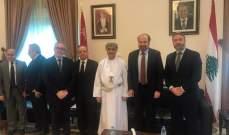 """وفد من """"القوات"""" زار سفارة سلطنة عمان معزيان بالسلطان قابوس"""