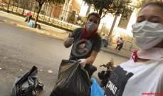 المحتجون في وسط بيروت يقومون بتنظيف الساحة من النفايات