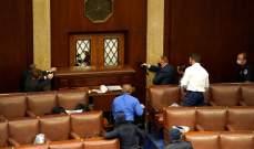 عناصر من أمن الكونغرس يطلقون النار لحماية أعضاء الكونغرس خلال اقتحام أنصار ترامب قاعات المجلس