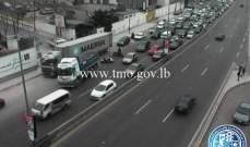 تعطل شاحنة على أوتوستراد شارل الحلو باتجاه الكرنتينا وحركة المرور كثيفة