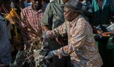 الرئيس التنزاني يجمع القمامة