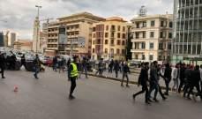 النشرة: المتظاهرون اقفلوا الطريق عند تقاطع الاشرفية ساحة الشهداء بحاويات النفايات
