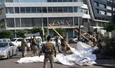 المتظاهرون يقطعون الطريق في ساحة ايليا في صيدا