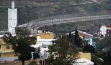 مئات المهاجرين يقتحمون السور الحديدي لجيب سبتة بين المغرب واسبانيا