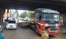 انقلاب حمولة شاحنة تحت جسر الصفير باتجاه الحدت وحركة المرور كثيفة