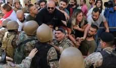 الجيش يحاول منع محتجين من قطع الطريق على أوتستراد جل الديب