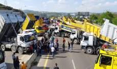 اوتوستراد الزهراني لا يزال مقطوعا بالإتجاهين بسبب تجمع الشاحنات