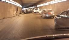 النشرة: انقلاب سيارة داخل النفق المؤدي الى الفينيسيا وزحمة سير خانقة