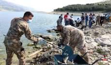 الجيش: وحداتنا تشارك في عملية ازالة آلاف اسماك الكارب النافقة عن ضفة بحيرة القرعون