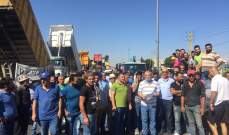 أصحاب الشاحنات والمقالع والكسارات قطعوا طريق رياق بعلبك الدولية