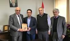 نقيب محرري الصحافة تسلم من أحمد نزال مجموعة من مؤلفاته