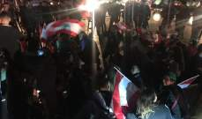 تجمع عدد من المتظاهرين عند تقاطع الشيفروليه