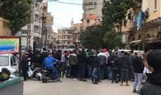 محتجون تجمعوا امام مخفر الميناء مطالبين بالافراج عن موقوف