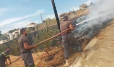 إخماد حريق عمود للإمداد بالطاقة الكهربائية وأعشاب وأشجار في الفرزل بالبقاع
