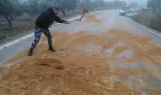 النشرة: عناصر من الدرك ترمي الرمال عند طريق حاصبيا نتيجة تسرب المازوت