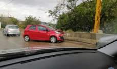 جريح نتيجة اصطدام سيارة بالفاصل الإسمنتي على طريق عاريا- الكحالة