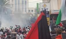 الميادين: المتظاهرون تمكنوا من اقتلاع مدخل السفارة الأميركية في عوكر