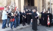 اعتصام لمجموعة من الكهنة في ساحة مار منصور المهدمة